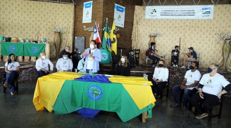 Prefeito Augusto Castro entrega certificados aos 160 catadores de  recicláveis do antigo lixão » Costa do Cacau Blog