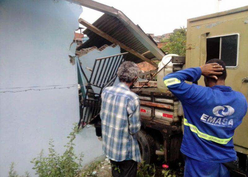 Caminhão Que Presta Serviço Para A Emasa Invade Residência No São Pedro E Empresa Dona Do Veículo Fará A Recuperação Dos Danos