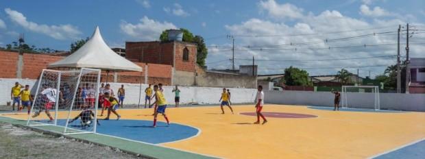 Prefeito inaugura quadra esportiva no bairro Nova Itabuna